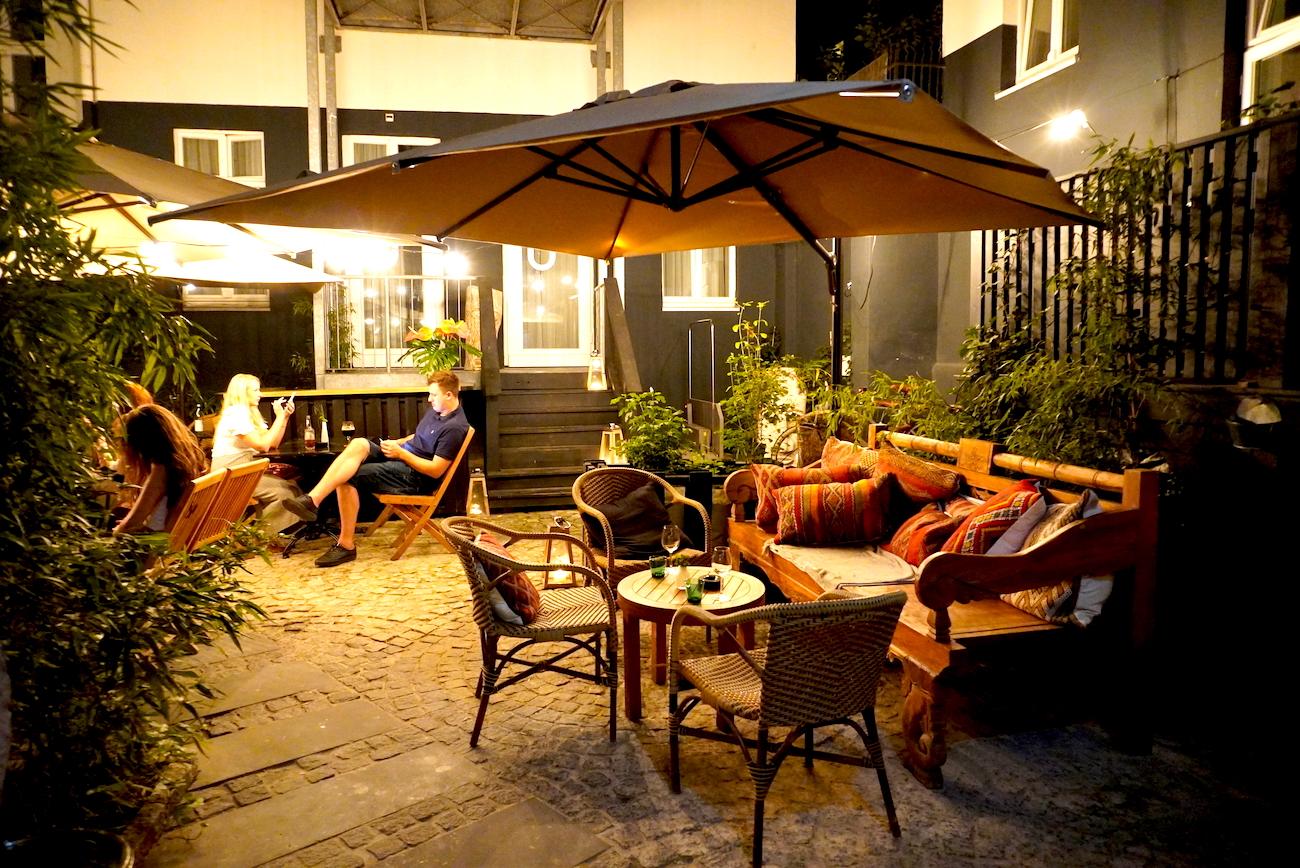 Lulu Guldsmeden, Hotel, backyard